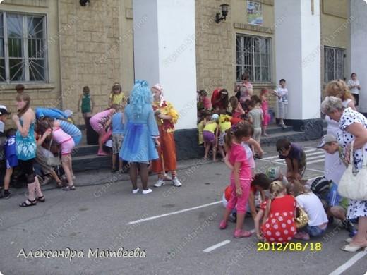 Детки изучают правила дорожного движения с Мальвиной и Буратино. Красный-стой, желтый- приготовится (хлопали в ладоши), зеленый - иди (дети громко топали ногами). фото 6