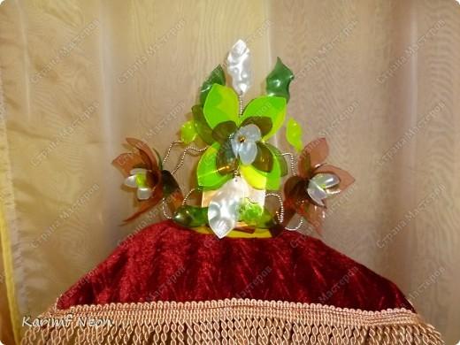 На юбилей подруги мы решили сделать корону. И по тематике (сценарию) корона должна быть в Весеннем стиле. Это как раз подходит к моему увлечению, по созданию цветов из бутылок.  фото 1