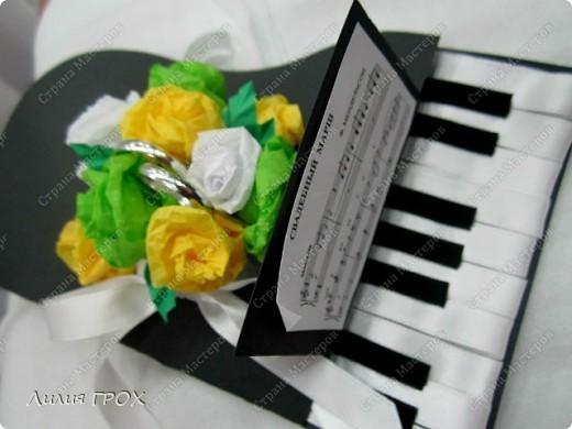 Клавиши сделаны из ленточек, а цветы - из бумаги для подарков