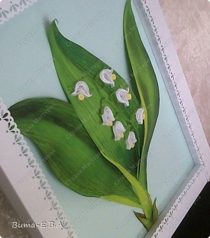Еще одна работа, которую мы вместе с Машей сделали.. Маша сделала цветочки, а я листья, и все остальное оформление. Листья я делала из цветного двухстороннего картона. Потом продавила крючком прожилки, и карандашами стала прорисовывать оттенки листа. Загнутые края, я вырезала из другого цвета, и наклеивала сверху, так же прорисовывая оттенки. Эту картину, мы с Машей тоже приготовили для знакомой бабушки в подарок на день рождение. фото 3