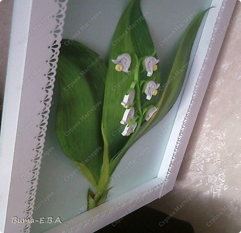Еще одна работа, которую мы вместе с Машей сделали.. Маша сделала цветочки, а я листья, и все остальное оформление. Листья я делала из цветного двухстороннего картона. Потом продавила крючком прожилки, и карандашами стала прорисовывать оттенки листа. Загнутые края, я вырезала из другого цвета, и наклеивала сверху, так же прорисовывая оттенки. Эту картину, мы с Машей тоже приготовили для знакомой бабушки в подарок на день рождение. фото 2