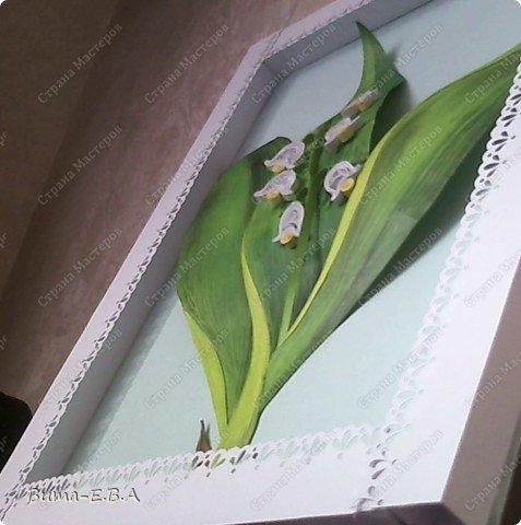 Еще одна работа, которую мы вместе с Машей сделали.. Маша сделала цветочки, а я листья, и все остальное оформление. Листья я делала из цветного двухстороннего картона. Потом продавила крючком прожилки, и карандашами стала прорисовывать оттенки листа. Загнутые края, я вырезала из другого цвета, и наклеивала сверху, так же прорисовывая оттенки. Эту картину, мы с Машей тоже приготовили для знакомой бабушки в подарок на день рождение. фото 4