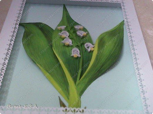 Еще одна работа, которую мы вместе с Машей сделали.. Маша сделала цветочки, а я листья, и все остальное оформление. Листья я делала из цветного двухстороннего картона. Потом продавила крючком прожилки, и карандашами стала прорисовывать оттенки листа. Загнутые края, я вырезала из другого цвета, и наклеивала сверху, так же прорисовывая оттенки. Эту картину, мы с Машей тоже приготовили для знакомой бабушки в подарок на день рождение. фото 11