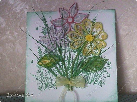 Эти цветочки Маша делала очень давно, если приходит к ней вдохновение, она берется их делать, а надоедает то складывает в коробку.. и до востребования..... А сегодня день рождение у нашей знакомой бабушки, и мы с Машей решили сделать открытку, и сложить вместе все сделанные её цветочки в единую композицию. На саму открытку, проштамповала силиконовыми штампиками (зеленью), а на верх приклеили разные её цветочки, и прикрепили бантик!!! фото 1