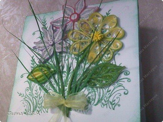 Эти цветочки Маша делала очень давно, если приходит к ней вдохновение, она берется их делать, а надоедает то складывает в коробку.. и до востребования..... А сегодня день рождение у нашей знакомой бабушки, и мы с Машей решили сделать открытку, и сложить вместе все сделанные её цветочки в единую композицию. На саму открытку, проштамповала силиконовыми штампиками (зеленью), а на верх приклеили разные её цветочки, и прикрепили бантик!!! фото 2