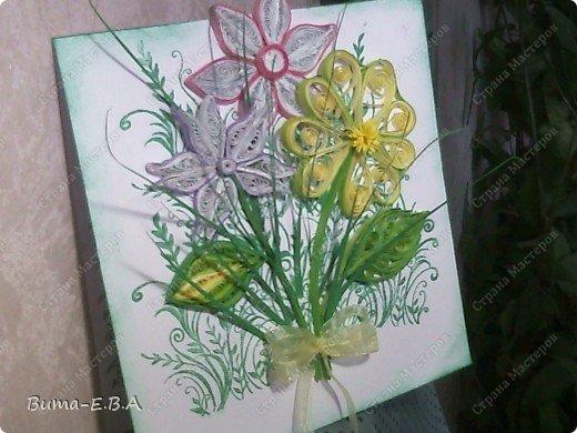 Эти цветочки Маша делала очень давно, если приходит к ней вдохновение, она берется их делать, а надоедает то складывает в коробку.. и до востребования..... А сегодня день рождение у нашей знакомой бабушки, и мы с Машей решили сделать открытку, и сложить вместе все сделанные её цветочки в единую композицию. На саму открытку, проштамповала силиконовыми штампиками (зеленью), а на верх приклеили разные её цветочки, и прикрепили бантик!!! фото 3