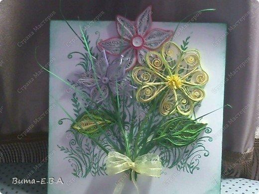 Эти цветочки Маша делала очень давно, если приходит к ней вдохновение, она берется их делать, а надоедает то складывает в коробку.. и до востребования..... А сегодня день рождение у нашей знакомой бабушки, и мы с Машей решили сделать открытку, и сложить вместе все сделанные её цветочки в единую композицию. На саму открытку, проштамповала силиконовыми штампиками (зеленью), а на верх приклеили разные её цветочки, и прикрепили бантик!!! фото 5