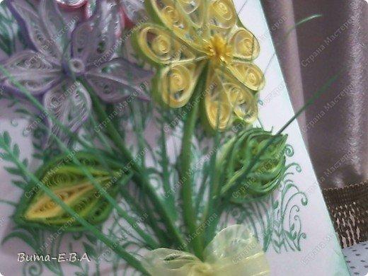 Эти цветочки Маша делала очень давно, если приходит к ней вдохновение, она берется их делать, а надоедает то складывает в коробку.. и до востребования..... А сегодня день рождение у нашей знакомой бабушки, и мы с Машей решили сделать открытку, и сложить вместе все сделанные её цветочки в единую композицию. На саму открытку, проштамповала силиконовыми штампиками (зеленью), а на верх приклеили разные её цветочки, и прикрепили бантик!!! фото 10