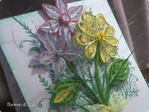 Эти цветочки Маша делала очень давно, если приходит к ней вдохновение, она берется их делать, а надоедает то складывает в коробку.. и до востребования..... А сегодня день рождение у нашей знакомой бабушки, и мы с Машей решили сделать открытку, и сложить вместе все сделанные её цветочки в единую композицию. На саму открытку, проштамповала силиконовыми штампиками (зеленью), а на верх приклеили разные её цветочки, и прикрепили бантик!!! фото 11
