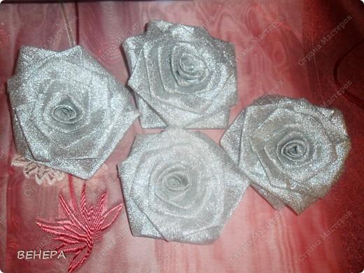 Плетение из газет и розы из лент. фото 9