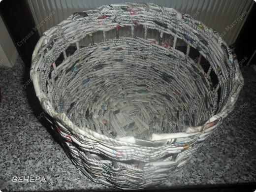 Плетение из газет и розы из лент. фото 6