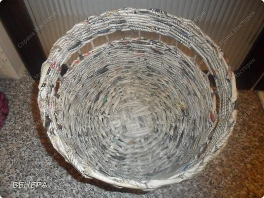 Плетение из газет и розы из лент. фото 7