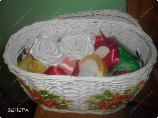 Плетение из газет и розы из лент. фото 2