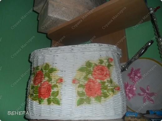 Плетение из газет и розы из лент. фото 3