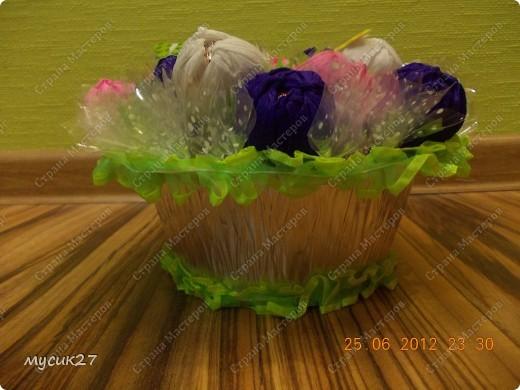 Сын попросил сделать небольшой букетик из конфет для знакомой девочки на День рождения. Знаю, что с использованием флористических материалов всё выглядит гораздо симпатичнее, но в очередной раз пришлось выкручиваться из того, что под рукой было. фото 4