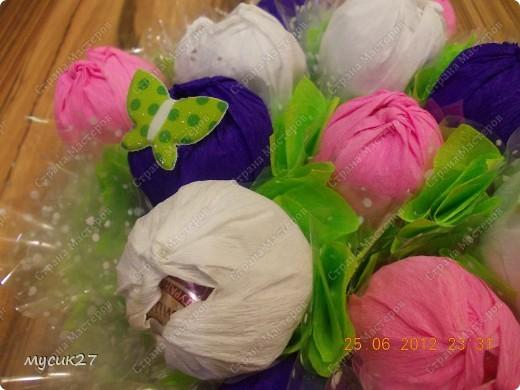 Сын попросил сделать небольшой букетик из конфет для знакомой девочки на День рождения. Знаю, что с использованием флористических материалов всё выглядит гораздо симпатичнее, но в очередной раз пришлось выкручиваться из того, что под рукой было. фото 2