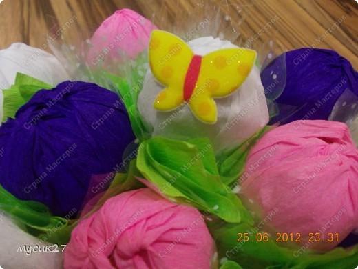 Сын попросил сделать небольшой букетик из конфет для знакомой девочки на День рождения. Знаю, что с использованием флористических материалов всё выглядит гораздо симпатичнее, но в очередной раз пришлось выкручиваться из того, что под рукой было. фото 3