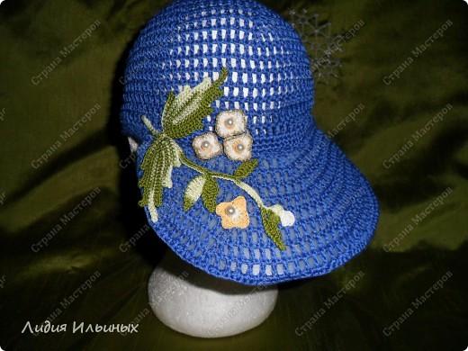 Голубая кепка,связанная крючком с элементами ирландского вязания,размер 56 см в окружности,100% хлопок.Козырек пластмассовый вставлен внутри.стирка возможна при температуре 40 градусов,после слегка подкрахмалить. фото 4