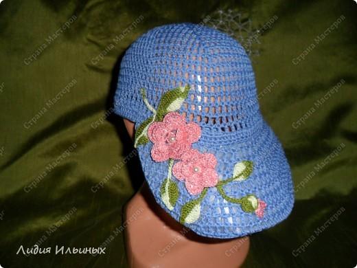 Голубая кепка,связанная крючком с элементами ирландского вязания,размер 56 см в окружности,100% хлопок.Козырек пластмассовый вставлен внутри.стирка возможна при температуре 40 градусов,после слегка подкрахмалить. фото 2