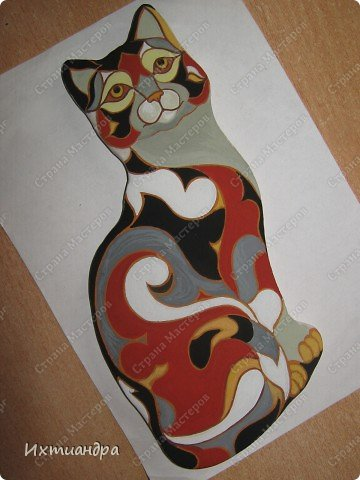 Фигурки De Rosa /Rinconada — уникальные произведения керамического искусства, созданные уругвайскими художниками. Основатель компании Джордж Де Роса Томпсон увлекся дизайном керамики с юности и навсегда. Он пронес любовь к своему делу через всю жизнь и передал ее своим детям. Компания De Rosa /Rinconada, начинавшая в 1965 году с небольшой арт-мастерской, превратилась в одно из крупнейших и известных по всему миру предприятий, специализирующихся на изделиях из керамики ручной работы.   Каждая фигурка из этой коллекции индивидуальна и изготовлена вручную, поэтому найти даже двух, полностью похожих друг на друга фигурок, невозможно. Дополнительно к ручной росписи фигурки украшены платиной и 18-каратным золотом. Поэтому они являются особой ценностью для коллекционеров всего мира. Увидев в интернете фото этой керамической кошки, не могла удержаться от соблазна сделать что-то подобное. Решила, пусть это будет панно из солёного теста.  фото 10