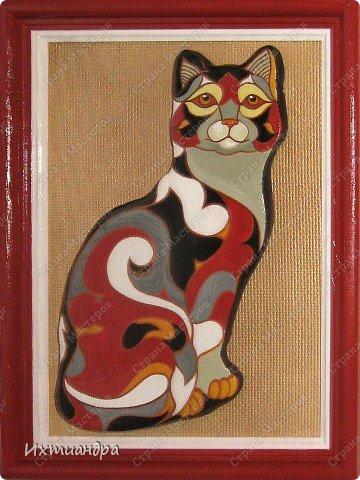 Фигурки De Rosa /Rinconada — уникальные произведения керамического искусства, созданные уругвайскими художниками. Основатель компании Джордж Де Роса Томпсон увлекся дизайном керамики с юности и навсегда. Он пронес любовь к своему делу через всю жизнь и передал ее своим детям. Компания De Rosa /Rinconada, начинавшая в 1965 году с небольшой арт-мастерской, превратилась в одно из крупнейших и известных по всему миру предприятий, специализирующихся на изделиях из керамики ручной работы.   Каждая фигурка из этой коллекции индивидуальна и изготовлена вручную, поэтому найти даже двух, полностью похожих друг на друга фигурок, невозможно. Дополнительно к ручной росписи фигурки украшены платиной и 18-каратным золотом. Поэтому они являются особой ценностью для коллекционеров всего мира. Увидев в интернете фото этой керамической кошки, не могла удержаться от соблазна сделать что-то подобное. Решила, пусть это будет панно из солёного теста.  фото 13