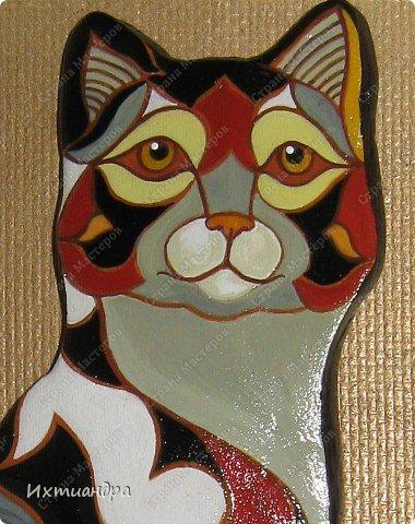 Фигурки De Rosa /Rinconada — уникальные произведения керамического искусства, созданные уругвайскими художниками. Основатель компании Джордж Де Роса Томпсон увлекся дизайном керамики с юности и навсегда. Он пронес любовь к своему делу через всю жизнь и передал ее своим детям. Компания De Rosa /Rinconada, начинавшая в 1965 году с небольшой арт-мастерской, превратилась в одно из крупнейших и известных по всему миру предприятий, специализирующихся на изделиях из керамики ручной работы.   Каждая фигурка из этой коллекции индивидуальна и изготовлена вручную, поэтому найти даже двух, полностью похожих друг на друга фигурок, невозможно. Дополнительно к ручной росписи фигурки украшены платиной и 18-каратным золотом. Поэтому они являются особой ценностью для коллекционеров всего мира. Увидев в интернете фото этой керамической кошки, не могла удержаться от соблазна сделать что-то подобное. Решила, пусть это будет панно из солёного теста.  фото 14