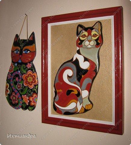 Фигурки De Rosa /Rinconada — уникальные произведения керамического искусства, созданные уругвайскими художниками. Основатель компании Джордж Де Роса Томпсон увлекся дизайном керамики с юности и навсегда. Он пронес любовь к своему делу через всю жизнь и передал ее своим детям. Компания De Rosa /Rinconada, начинавшая в 1965 году с небольшой арт-мастерской, превратилась в одно из крупнейших и известных по всему миру предприятий, специализирующихся на изделиях из керамики ручной работы.   Каждая фигурка из этой коллекции индивидуальна и изготовлена вручную, поэтому найти даже двух, полностью похожих друг на друга фигурок, невозможно. Дополнительно к ручной росписи фигурки украшены платиной и 18-каратным золотом. Поэтому они являются особой ценностью для коллекционеров всего мира. Увидев в интернете фото этой керамической кошки, не могла удержаться от соблазна сделать что-то подобное. Решила, пусть это будет панно из солёного теста.  фото 17