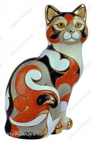 Фигурки De Rosa /Rinconada — уникальные произведения керамического искусства, созданные уругвайскими художниками. Основатель компании Джордж Де Роса Томпсон увлекся дизайном керамики с юности и навсегда. Он пронес любовь к своему делу через всю жизнь и передал ее своим детям. Компания De Rosa /Rinconada, начинавшая в 1965 году с небольшой арт-мастерской, превратилась в одно из крупнейших и известных по всему миру предприятий, специализирующихся на изделиях из керамики ручной работы.   Каждая фигурка из этой коллекции индивидуальна и изготовлена вручную, поэтому найти даже двух, полностью похожих друг на друга фигурок, невозможно. Дополнительно к ручной росписи фигурки украшены платиной и 18-каратным золотом. Поэтому они являются особой ценностью для коллекционеров всего мира. Увидев в интернете фото этой керамической кошки, не могла удержаться от соблазна сделать что-то подобное. Решила, пусть это будет панно из солёного теста.  фото 18