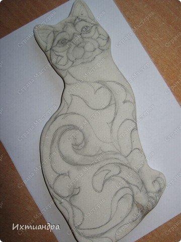 Фигурки De Rosa /Rinconada — уникальные произведения керамического искусства, созданные уругвайскими художниками. Основатель компании Джордж Де Роса Томпсон увлекся дизайном керамики с юности и навсегда. Он пронес любовь к своему делу через всю жизнь и передал ее своим детям. Компания De Rosa /Rinconada, начинавшая в 1965 году с небольшой арт-мастерской, превратилась в одно из крупнейших и известных по всему миру предприятий, специализирующихся на изделиях из керамики ручной работы.   Каждая фигурка из этой коллекции индивидуальна и изготовлена вручную, поэтому найти даже двух, полностью похожих друг на друга фигурок, невозможно. Дополнительно к ручной росписи фигурки украшены платиной и 18-каратным золотом. Поэтому они являются особой ценностью для коллекционеров всего мира. Увидев в интернете фото этой керамической кошки, не могла удержаться от соблазна сделать что-то подобное. Решила, пусть это будет панно из солёного теста.  фото 7
