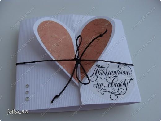 Здравствуйте, уважаемые Мастера! На днях я уже выкладывала открытку-бабочку: http://stranamasterov.ru/node/383797 Она мне так понравилась за её оригинальность и простоту, что я начала фантазировать. Решила, что вот такое пригласительное на свадьбу будет выглядеть очень мило )
