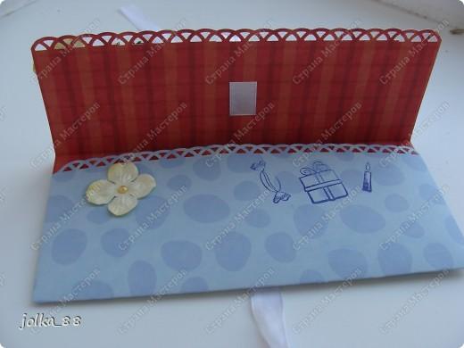 """Приветствую вас, дорогие жители Страны Мастеров! На этот раз захотелось мне чего-то деНЕЖНОГО ) Края двусторонней бумаги обработаны дыроколом края, лента-завязка продета через прорези в бумаге. Для украшений использована салфеточка, цветы, листочки и штампик """"С Днём рождения"""" фото 4"""