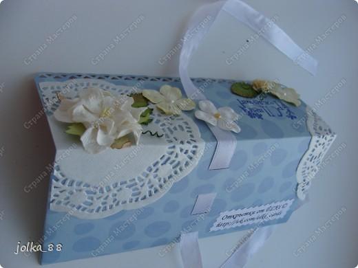 """Приветствую вас, дорогие жители Страны Мастеров! На этот раз захотелось мне чего-то деНЕЖНОГО ) Края двусторонней бумаги обработаны дыроколом края, лента-завязка продета через прорези в бумаге. Для украшений использована салфеточка, цветы, листочки и штампик """"С Днём рождения"""" фото 5"""
