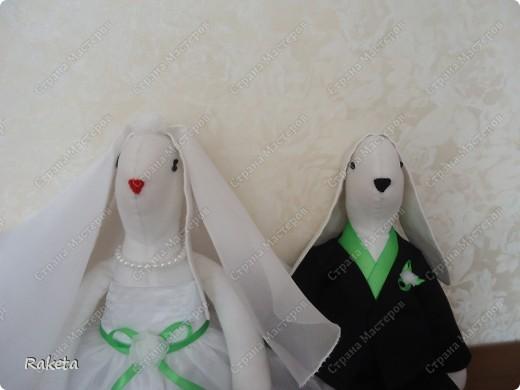 Здравствуй, Страна! Недавно шила вот такую пару на свадьбу другой паре. Свадьба была не совсем обычная и аксессуары были выполнены в зеленых тонах. Цветные свадьбы стали в моде. Хочу похвастать милыми зайками, сшить очень давно хотела, вот случай и представился. Получились они очень милыми и какими то большенькими (48см). Эти фото профессионала(Евгения Данилова), вот так мои зайки украсили стол молодоженов. фото 6