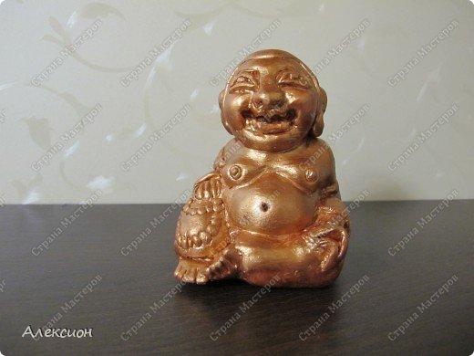 Хоттей (или смеющийся Будда) считается одним из самых известных богов счастья и богатства. Он помогает в осуществлении самых заветных желаний и олицетворяет благополучие, веселье, общение и беззаботность. В переводе с китайского Хоттей означает «холщовый мешок». Кстати, прообраз Хоттея написан с реального персонажа, жившего в Китае в конце Х века. В то время Монах по имени Ци Ци, ходил по деревням с четками и большим холщовым мешком, и везде, где бы ни появлялся этот монах, к людям приходила удача, здоровье и благосостояние. На вопрос, что находится у него в мешке, он отвечал: «Там у меня весь мир!» фото 1