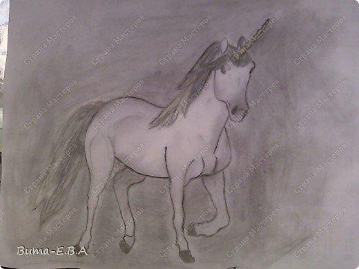 Вот такого единорога, Маша нарисовала утром, пока я спала.... сделала маме сюрприз! Не знаю почему, ей очень нравятся это сказочное животное... И очень млеет по самим лошадям, и  мечтает научится профессионально их рисовать...На мой взгляд, эта попытка ей очень удалась, это первый рисунок,  где у нее получились правильные пропорции, и тени пыталась наложить правильно, да и еще без подсказок! фото 1