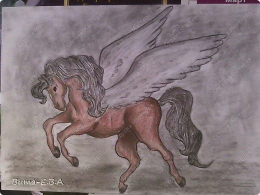 Вчера я уже рассказывала, что Маша обожает лошадей, и неравнодушна к сказочным созданиям... Вчера Маше очень понравился её нарисованный конь, и то как у неё он вышел... и она загорелась желанием продолжить  рисовать своих любимцев. Сегодня утром, она уже была на готове...  нашла подходящий рисунок, и начала его срисовывать.  Я думала она сегодня нарисует такой же рисунок, простым карандашом, но она решила  его сегодня нарисовать разноцветным. Вот какого коня она сегодня призентовала!!! фото 7