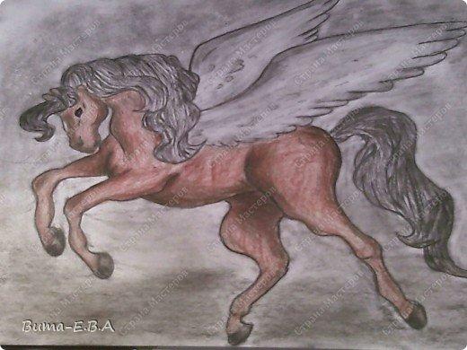 Вчера я уже рассказывала, что Маша обожает лошадей, и неравнодушна к сказочным созданиям... Вчера Маше очень понравился её нарисованный конь, и то как у неё он вышел... и она загорелась желанием продолжить  рисовать своих любимцев. Сегодня утром, она уже была на готове...  нашла подходящий рисунок, и начала его срисовывать.  Я думала она сегодня нарисует такой же рисунок, простым карандашом, но она решила  его сегодня нарисовать разноцветным. Вот какого коня она сегодня призентовала!!! фото 6