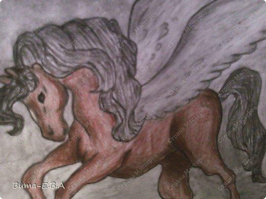 Вчера я уже рассказывала, что Маша обожает лошадей, и неравнодушна к сказочным созданиям... Вчера Маше очень понравился её нарисованный конь, и то как у неё он вышел... и она загорелась желанием продолжить  рисовать своих любимцев. Сегодня утром, она уже была на готове...  нашла подходящий рисунок, и начала его срисовывать.  Я думала она сегодня нарисует такой же рисунок, простым карандашом, но она решила  его сегодня нарисовать разноцветным. Вот какого коня она сегодня призентовала!!! фото 4