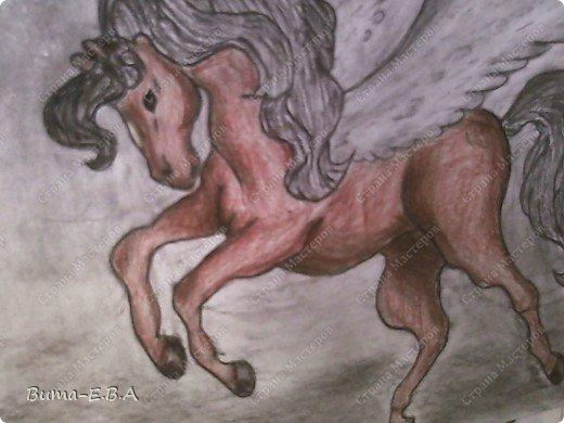 Вчера я уже рассказывала, что Маша обожает лошадей, и неравнодушна к сказочным созданиям... Вчера Маше очень понравился её нарисованный конь, и то как у неё он вышел... и она загорелась желанием продолжить  рисовать своих любимцев. Сегодня утром, она уже была на готове...  нашла подходящий рисунок, и начала его срисовывать.  Я думала она сегодня нарисует такой же рисунок, простым карандашом, но она решила  его сегодня нарисовать разноцветным. Вот какого коня она сегодня призентовала!!! фото 3