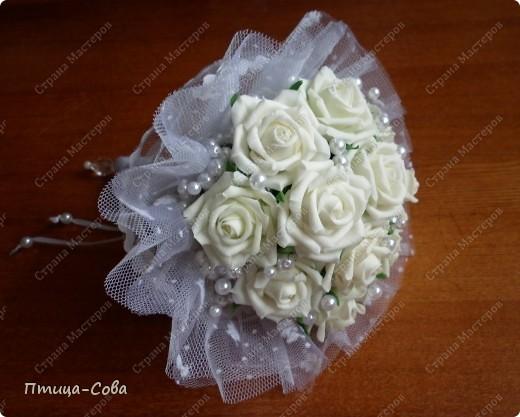 Свадебный букет: 11 роз в портбукетнице в окружении белоснежных бусин фото 2