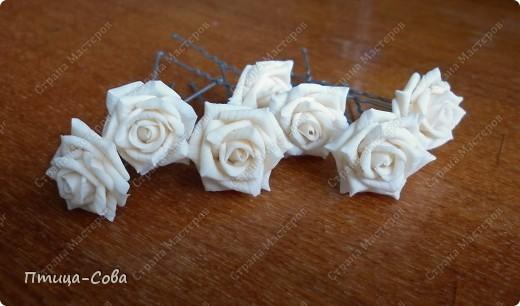 Свадебный букет: 11 роз в портбукетнице в окружении белоснежных бусин фото 5