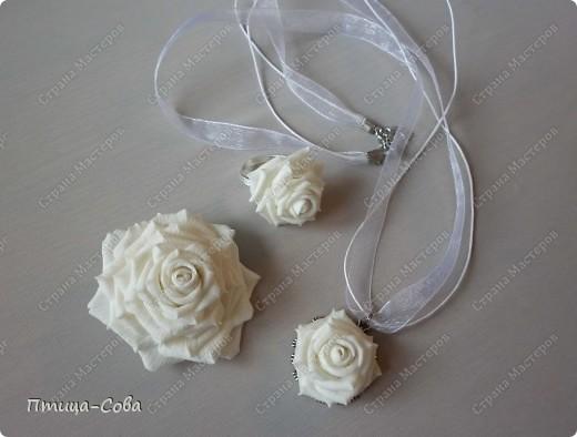 Свадебный букет: 11 роз в портбукетнице в окружении белоснежных бусин фото 4