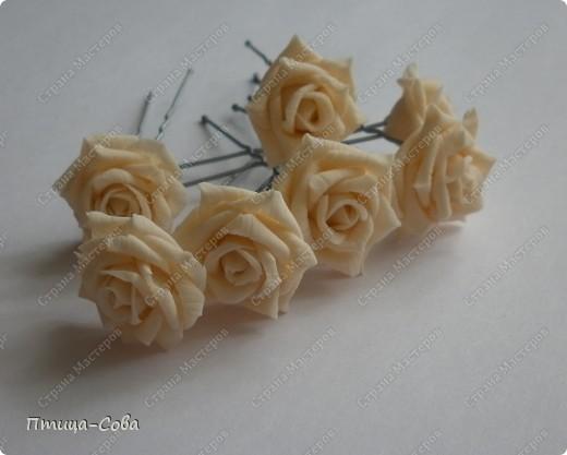 Свадебный букет: 11 роз в портбукетнице в окружении белоснежных бусин фото 6