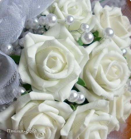Свадебный букет: 11 роз в портбукетнице в окружении белоснежных бусин фото 3