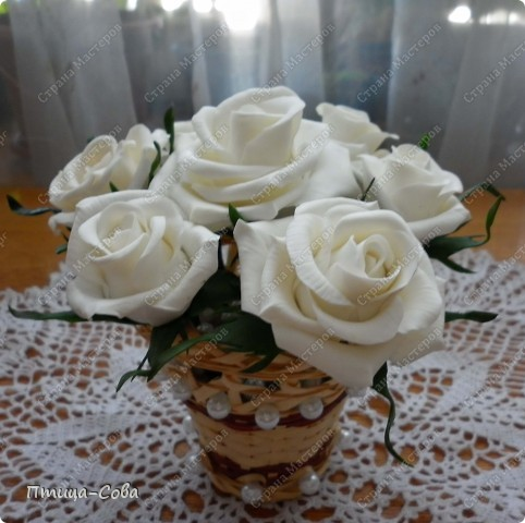 Свадебный букет: 11 роз в портбукетнице в окружении белоснежных бусин фото 8