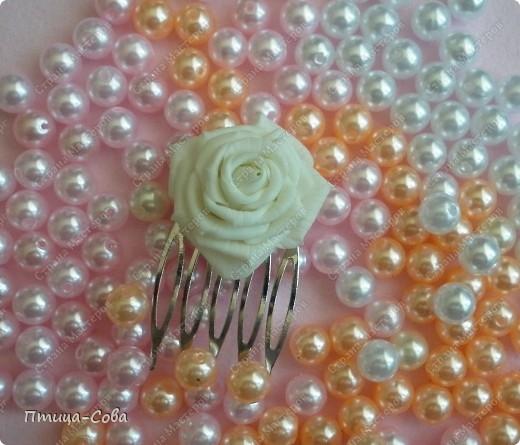 Свадебный букет: 11 роз в портбукетнице в окружении белоснежных бусин фото 7
