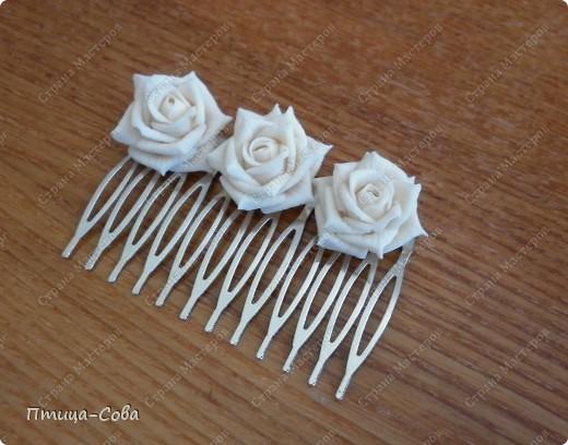 Свадебный букет: 11 роз в портбукетнице в окружении белоснежных бусин фото 9
