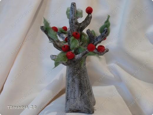 Сегодня у меня старенькая яблонька, которая ещё даёт плоды))) Основа дерева( бумажная масса). Покрас дерева( акриловая краска + кракле) трещинки затирала гуталином и сверху лак. 2 слоя. фото 4