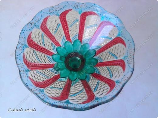 Лежали в доме невостребованными старая стеклянная посуда еще времен моей бабушки и какая-то старая колба. Выбросить жалко... Думаю: дай-ка я их распишу красками для стекла и керамики.  Конечно опыта у меня в этом деле нет(рука трясется, держа кисочку), поэтому получилось коряво. Зато теперь эта посуда получила вторую жизнь.  Еще одна ваза(не сфотографировала) уехала жить  на дачу( к  племяннице). фото 3