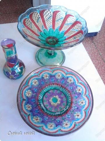 Лежали в доме невостребованными старая стеклянная посуда еще времен моей бабушки и какая-то старая колба. Выбросить жалко... Думаю: дай-ка я их распишу красками для стекла и керамики.  Конечно опыта у меня в этом деле нет(рука трясется, держа кисочку), поэтому получилось коряво. Зато теперь эта посуда получила вторую жизнь.  Еще одна ваза(не сфотографировала) уехала жить  на дачу( к  племяннице). фото 1